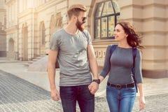 Νέες διακοπές περιπάτων πόλεων τουριστών ζευγών μαζί Στοκ φωτογραφία με δικαίωμα ελεύθερης χρήσης