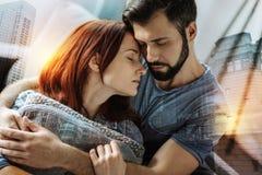 Νέες ιδιαίτερες προσοχές ζευγών αγάπης αγκαλιάζοντας στοργικά Στοκ Εικόνα