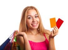 Νέες κάρτες δώρων εκμετάλλευσης γυναικών και τσάντες αγορών Στοκ φωτογραφίες με δικαίωμα ελεύθερης χρήσης