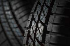 Νέες και αχρησιμοποίητες ρόδες αυτοκινήτων στο σκοτεινό κλίμα Στοκ φωτογραφίες με δικαίωμα ελεύθερης χρήσης