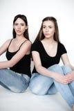 Νέες και όμορφες αδελφές στη φιλία, που μοιράζεται τη χαρά, εμπιστοσύνη, λ στοκ φωτογραφία με δικαίωμα ελεύθερης χρήσης