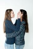 Νέες και όμορφες αδελφές στη φιλία, που μοιράζεται τη χαρά, εμπιστοσύνη, λ στοκ εικόνες