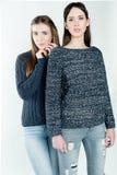 Νέες και όμορφες αδελφές στη φιλία, που μοιράζεται τη χαρά, εμπιστοσύνη, λ στοκ φωτογραφίες