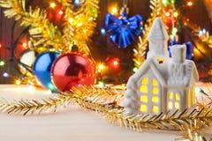 Νέες καταχωρήσεις -απαριθμεί στο νέο έτος Κατάλογος αγορών πριν από το νέο έτος Τα παιχνίδια Χριστουγέννων με τις γιρλάντες βρίσκ Στοκ φωτογραφία με δικαίωμα ελεύθερης χρήσης