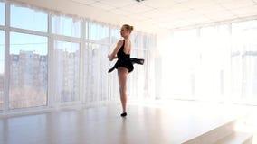 Νέες κινήσεις μπαλέτου άσκησης ballerina δέσμευσης φιλμ μικρού μήκους