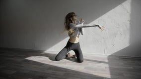Νέες κινήσεις χορού χορευτών γυναικών contemp στο στούντιο σε αργή κίνηση απόθεμα βίντεο
