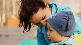 Νέες μητέρες με μια συνεδρίαση και μια ομιλία παιδιών απόθεμα βίντεο