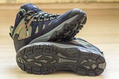 Νέες μοντέρνες μπότες βουνών πεζοπορίας Σύγχρονη οδοιπορία φ δέρματος στοκ εικόνα με δικαίωμα ελεύθερης χρήσης