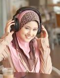 Νέες μουσουλμανικές γυναίκες που φορούν το επικεφαλής τηλέφωνο Στοκ Εικόνες