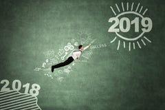 Νέες μύγες επιχειρηματιών προς τον αριθμό 2019 στοκ εικόνες