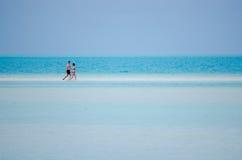 Νέες νήσοι Κουκ λιμνοθαλασσών Aitutaki επίσκεψης ζευγών Στοκ Εικόνες