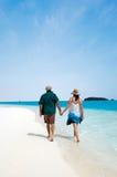 Νέες νήσοι Κουκ λιμνοθαλασσών Aitutaki επίσκεψης ζευγών Στοκ εικόνες με δικαίωμα ελεύθερης χρήσης