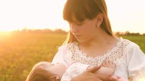 Νέες νηνεμίες μητέρων το μωρό της, στο ηλιοβασίλεμα, σε αργή κίνηση απόθεμα βίντεο