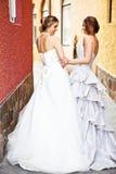 Νέες νύφη και παράνυμφος σε μια στενωπό Στοκ εικόνα με δικαίωμα ελεύθερης χρήσης