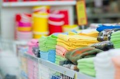 Νέες πετσέτες χρώματος στην υπεραγορά Στοκ Φωτογραφίες