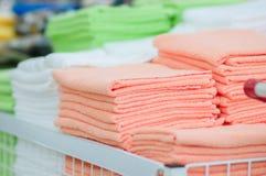 Νέες πετσέτες χρώματος στην υπεραγορά Στοκ εικόνες με δικαίωμα ελεύθερης χρήσης