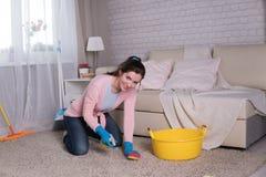 Νέες πιέτες γυναικών σε ένα σπίτι στοκ εικόνες