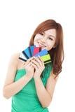 Νέες πιστωτικές κάρτες εκμετάλλευσης γυναικών Στοκ φωτογραφία με δικαίωμα ελεύθερης χρήσης