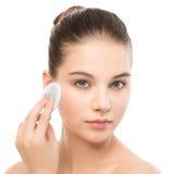 Νέες προσοχές γυναικών για το δέρμα προσώπου Καθαρισμός του τέλειου φρέσκου δέρματος που χρησιμοποιεί το μαξιλάρι βαμβακιού απομο Στοκ φωτογραφία με δικαίωμα ελεύθερης χρήσης