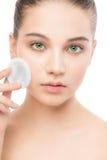 Νέες προσοχές γυναικών για το δέρμα προσώπου Καθαρισμός του τέλειου φρέσκου δέρματος που χρησιμοποιεί το μαξιλάρι βαμβακιού απομο Στοκ Εικόνες