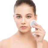 Νέες προσοχές γυναικών για το δέρμα προσώπου Καθαρισμός του τέλειου φρέσκου δέρματος που χρησιμοποιεί το μαξιλάρι βαμβακιού Στοκ Εικόνες