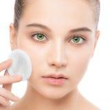 Νέες προσοχές γυναικών για το δέρμα προσώπου Καθαρισμός του τέλειου φρέσκου δέρματος που χρησιμοποιεί το μαξιλάρι βαμβακιού απομο Στοκ Εικόνα