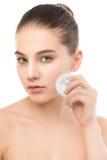 Νέες προσοχές γυναικών για το δέρμα προσώπου Καθαρισμός του τέλειου φρέσκου δέρματος που χρησιμοποιεί το μαξιλάρι βαμβακιού Στοκ Φωτογραφία