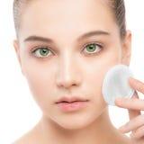 Νέες προσοχές γυναικών για το δέρμα προσώπου Καθαρισμός του τέλειου φρέσκου δέρματος που χρησιμοποιεί το μαξιλάρι βαμβακιού απομο Στοκ Φωτογραφία