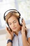 Νέες προσοχές μουσικής ακούσματος γυναικών ιδιαίτερες Στοκ Εικόνες