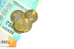 Νέες ρουπίες Ινδού 50 και 200 με τα νομίσματα 10 και 5 ρουπίων απομονωμένο στο λευκό άσπρο υπόβαθρο Στοκ εικόνες με δικαίωμα ελεύθερης χρήσης