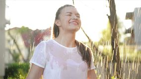 Νέες στάσεις γυναικών χαμόγελου κάτω από τη φρέσκια βροχή το καλοκαίρι Έχει πολλή διασκέδαση ξοδεύοντας τις διακοπές της στη φύση απόθεμα βίντεο