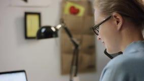 Νέες συζητήσεις γυναικών στο κινητό τηλέφωνο απόθεμα βίντεο