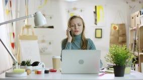 Νέες συζητήσεις γυναικών στο smartphone από το lap-top απόθεμα βίντεο