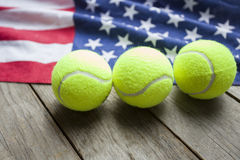 Νέες σφαίρες αντισφαίρισης με μια αμερικανική σημαία Στοκ φωτογραφία με δικαίωμα ελεύθερης χρήσης