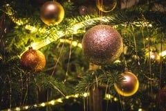 Νέες σφαίρες κομμάτων έτους στο χριστουγεννιάτικο δέντρο Στοκ εικόνα με δικαίωμα ελεύθερης χρήσης