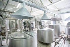 Νέες σωληνώσεις και δεξαμενές χάλυβα στο εργοστάσιο γάλακτος Στοκ φωτογραφίες με δικαίωμα ελεύθερης χρήσης