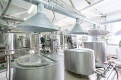 Νέες σωληνώσεις και δεξαμενές χάλυβα στο εργοστάσιο γάλακτος Στοκ Εικόνες