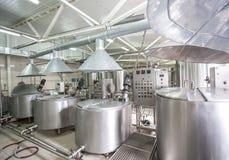 Νέες σωληνώσεις και δεξαμενές χάλυβα στο εργοστάσιο γάλακτος Στοκ φωτογραφία με δικαίωμα ελεύθερης χρήσης