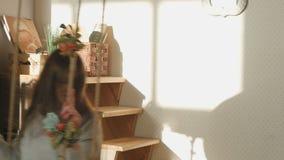 Νέες ταλαντεύσεις brunette στην ταλάντευση στο στούντιο τέχνης απόθεμα βίντεο
