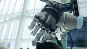 Νέες τεχνολογίες μεταξύ μας Το χέρι του ρομπότ παίρνει ένα μαλακό παιχνίδι με μορφή ενός ποντικιού από την ουρά Μέλλον σήμερα απόθεμα βίντεο