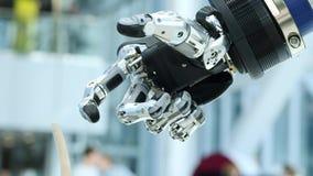 Νέες τεχνολογίες μεταξύ μας Το χέρι του ρομπότ περιστρέφεται και κινείται Συμπιέσεις και unclenches δάχτυλα Φωτεινός επιστημονικό απόθεμα βίντεο