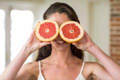 Νέες φέτες εκμετάλλευσης γυναικών του πορτοκαλιού αίματος στοκ εικόνες