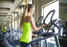 Νέες φίλαθλες γυναίκες που κάνουν τις ασκήσεις στο κέντρο γυμναστικής Στοκ εικόνες με δικαίωμα ελεύθερης χρήσης