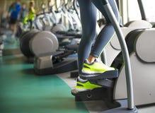 Νέες φίλαθλες γυναίκες που κάνουν τις ασκήσεις στο κέντρο γυμναστικής Στοκ Φωτογραφίες