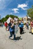 Νέες χρήσεις Bullhorn γυναικών που περπατούν στο φόρο Μάρτιος ατού της Ατλάντας Στοκ φωτογραφία με δικαίωμα ελεύθερης χρήσης