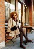 Νέες όμορφες γυναίκες αφροαμερικάνων που πίνουν τον καφέ έξω στο γ Στοκ φωτογραφίες με δικαίωμα ελεύθερης χρήσης