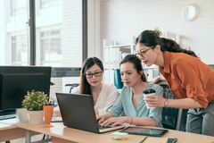 Νέες όμορφες γυναίκες που χρησιμοποιούν το φορητό προσωπικό υπολογιστή Στοκ φωτογραφία με δικαίωμα ελεύθερης χρήσης