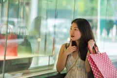 Νέες όμορφες και κομψές ασιατικές κορεατικές τσάντες αγορών εκμετάλλευσης γυναικών μετά από να αγοράσει που περπατά στην οδό που  στοκ φωτογραφίες με δικαίωμα ελεύθερης χρήσης