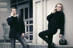 Νέοι άνδρας και γυναίκα μόδας που καλούν το τηλέφωνο κυττάρων Στοκ Εικόνα