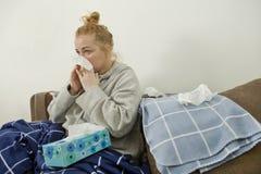 Νέοι άρρωστοι γυναικών στο κρεβάτι στοκ εικόνες